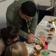 Stein für Stein zu Wasserwegen Mosaik-Workshop (nur nach Anmeldung im Foyer) mit Mohammad Al Natour für Kinder ab 8 Jahren in Kooperation mit der cubus kunst halle 10:30 und 14 Uhr